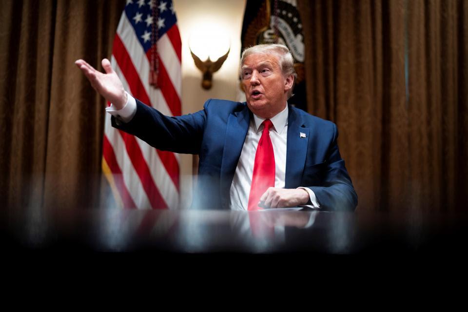 Todo mal: Trump despide a empleados que estaban en negro en plena pandemia.