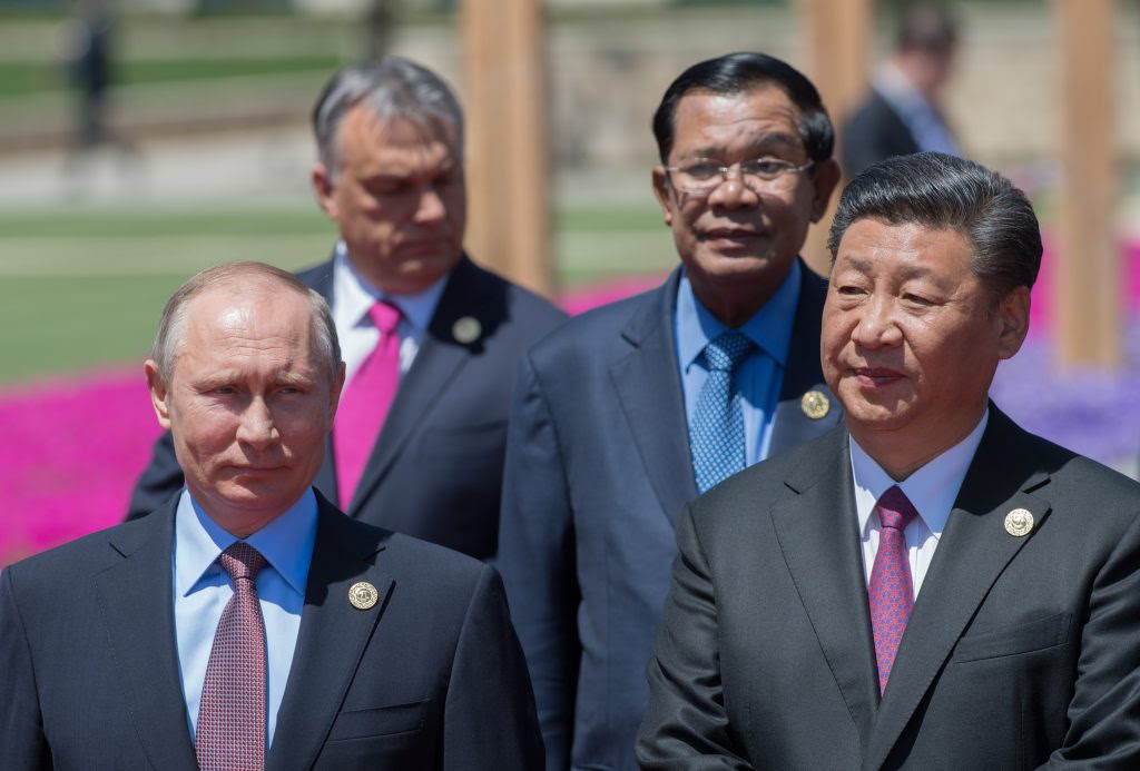 "Le président chinois Xi Jinping et son homologue russe Vladimir Poutine lors du Forum ""Belt and Road"" (les ""Nouvelles routes de la Soie) au Yanqi Lake International Convention Center à Pékin, le 15 mai 2017. (Crédits : Sergey Guneev/Sputnik/via AFP)"