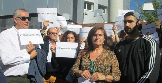 Carmen González, madre del joven acusado, en la concentración de hoy. EUROPA PRESS