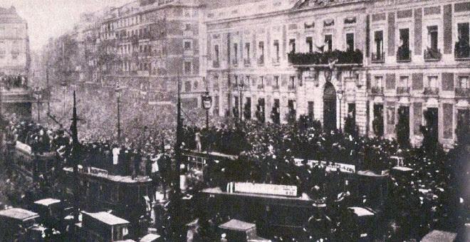 Proclamación de la Segunda República en la Puerta del Sol de Madrid.