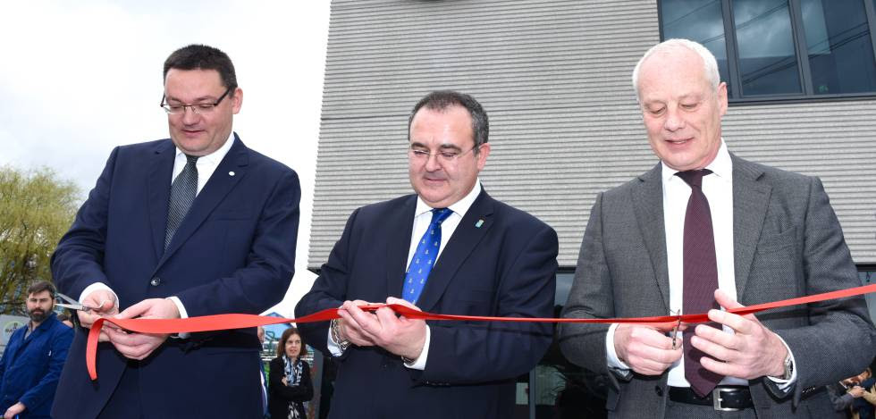 Desde la derecha, Rainer Krause, consejero delegado de Bayer Iberia; Isaac Pola, consejero de Empleo e Industria del Principado de Asturias, y Jorge Álvarez, director de la planta de La Felguera