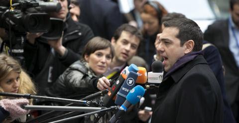 El primer ministro griego, Alexis Tsipras, realiza unas declaraciones a los periodistas a su llegada a la cumbre de la UE en Bruselas. REUTERS/Yves Herman