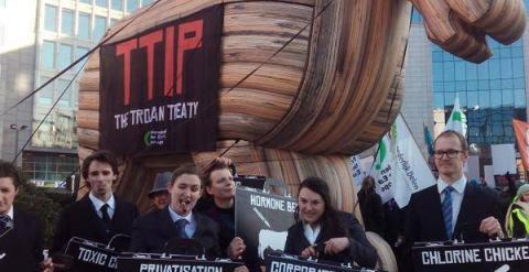 El caballo de Troya colocado frente a la sede de la Comisión Europea en Bruselas, en la protesta contra el Tratado de Libre Comercio, con algunos activistas de la organización Friends of the Earth.