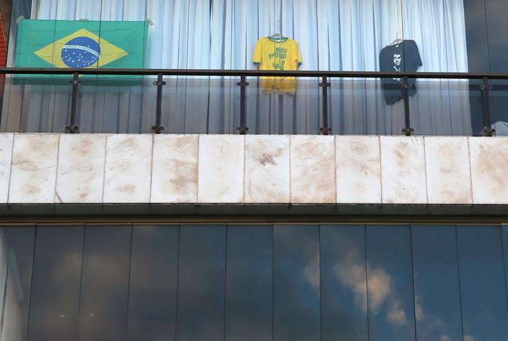 La bandera brasilera y camisetas en favor del candidato ultraderechista Jair Bolsonaro, en un balcón de un edificio de viviendas en Rio de Janeiro. REUTERS / Sergio Moraes