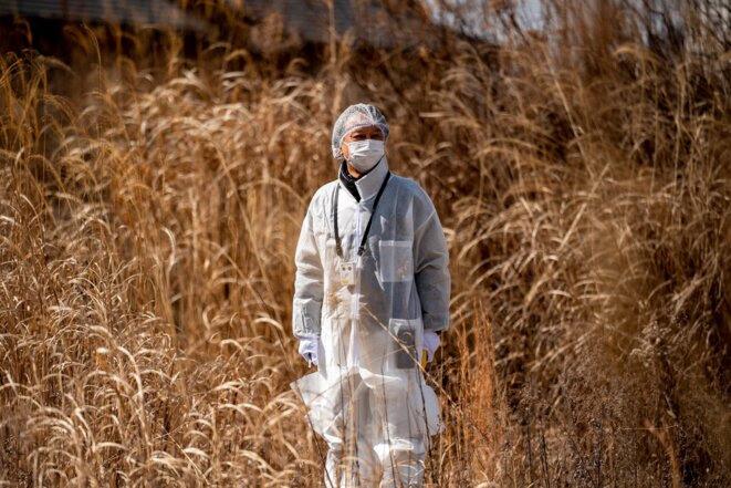 Le pasteur Akira Sato, en tenue de protection, devant l'ancien bâtiment d'une église, à Tomioka, abandonnée après l'accident nucléaire de 2011. (Philip Fong/AFP)