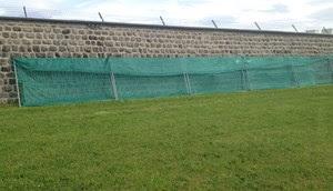 Die 20 Meter lange Parole wurde am Samstag mit Zaungittern und Plane abgedeckt.