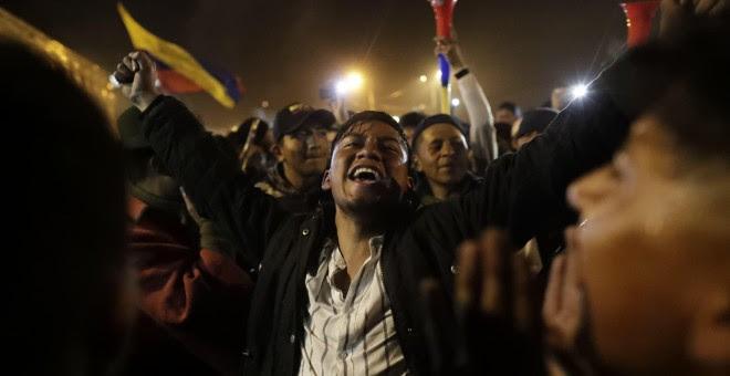 13/10/2019.-Manifestantes celebran el acuerdo logrado entre el Gobierno e indígenas que termina con las protestas en el país, en Quito. El Gobierno y los indígenas ecuatorianos llegaron este domingo a un acuerdo a través del cual se derogará el decreto 8