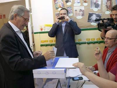 El alcalde de Barcelona, Xavier Trias, vota en las pasadas elecciones europeas.