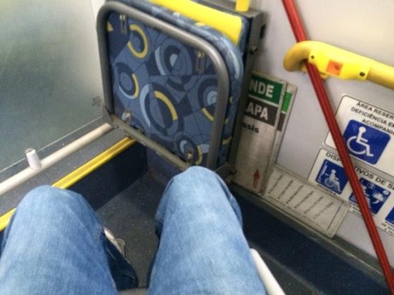Espaços reservados para cadeirantes em ônibus