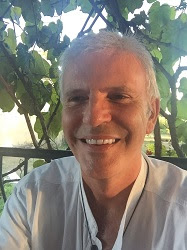 Michel Genton sous une tonnelle de vigne