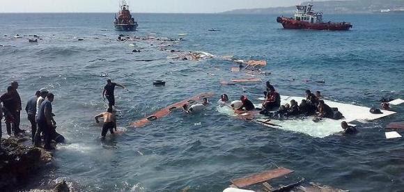 Continúan los naufragios en el Mar Egeo. La imagen corresponde a un barco que trasladaba a 112 personas y ayer quedó hundido. Foto: EFE