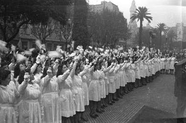 Celebración del Día de la Bandera, 20 de junio de 1944, en la Plaza de Mayo.