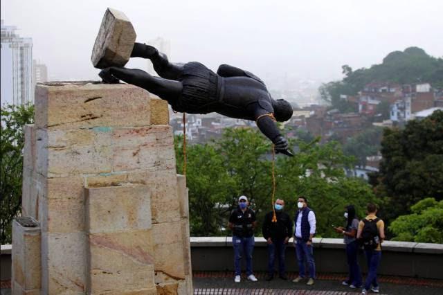 Indígenas derrubam monumento a colonizador espanhol