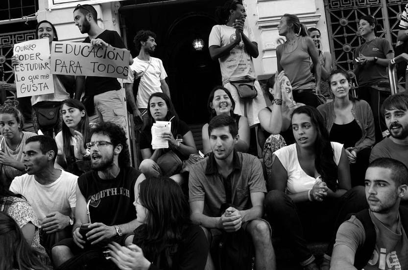 Concentración de estudiantes del ISEF, ayer, en la explanada de la Udelar. Foto: Pablo Vignali