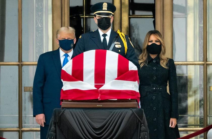 Donald y Melania Trump junto al féretro de Ruth Baden Ginsburg. Foto: Flickr / The White House