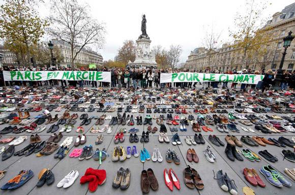 Centenares de pares de zapatos fueron colocados en París en honor de los manifestantes ausentes producto del atentado. Foto: Reuters.