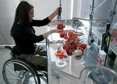 Perceba que bacana esta cozinha adaptada para os cadeirantes. Muita gente que é ou vira cadeirante precisa da cozinha para sobreviver.