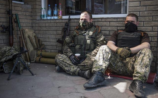 Activistas prorrusos descansan en un puesto de control cerca de la ciudad de Slaviansk, Ucrania.