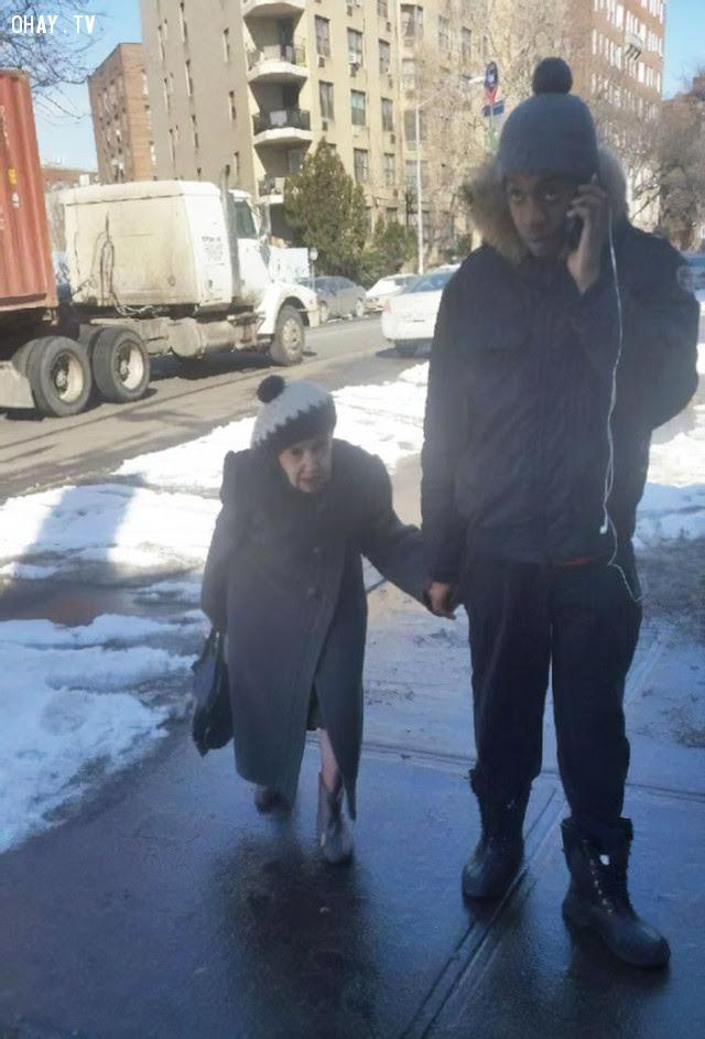 Một tháng trước, bà già này nhờ tôi dắt về nhà vì sợ trượt ngã trên băng. Chúng tôi trở thành bạn và bây giờ hầu như ngày nào tôi cũng dắt bà về nhà.,Hoa Kỳ,nước mỹ,lòng nhân ái