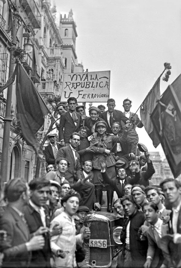 Proclamación de la Segunda República Española el 14 de abril de 1931. Manifestación jubilosa en la avenida de la Constitución. ©ICAS SAHP Fototeca Municipal de Sevilla fondo Sánchez del Pando
