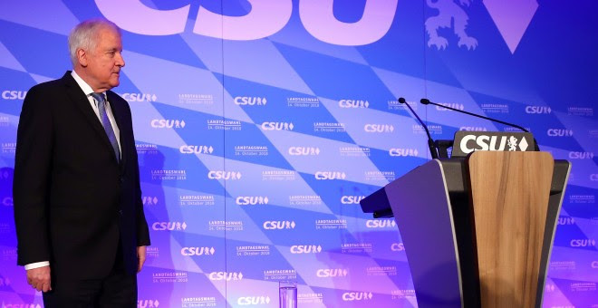 El líder de la CSU, Horst Seehofer, en la sede del partido en Munich tras los primeros sondeos en la regionales de Baviera.  REUTERS/Michael Dalder