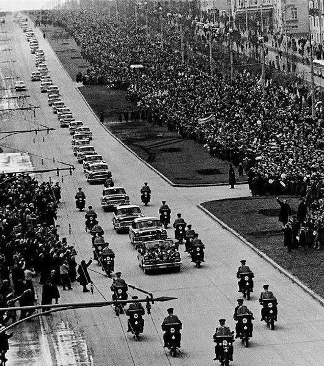 Многим президентам и не снилось... Кортеж первого                   космонавта Юрия Гагарина. Москва. РСФСР. СССР. 14                   апреля 1961 год.