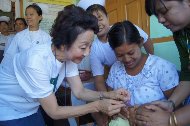 ミャンマーの子どもたちにワクチン接種する細川理事長   @世界の子どもにワクチンを 日本委員会