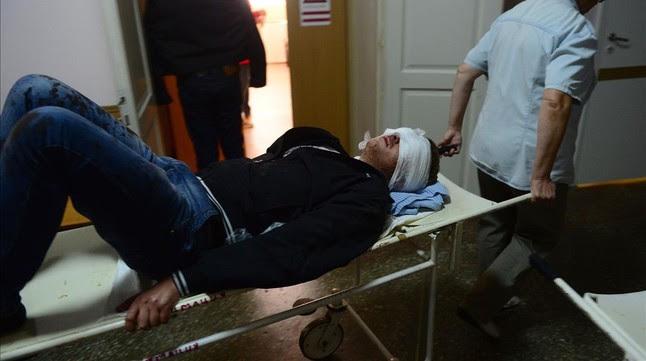 Uno de los heridos en los bombardeos de este miércoles en Donetsk llega al hospital.
