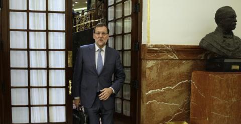 El presidente del Gobierno, Mariano Rajoy, abandona el hemiciclo del del Congreso tras un debate en el Pleno. EFE