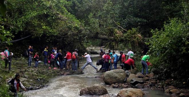 Los migrantes hondureños cruzan el rio Lempa, en la frontera entre Honduras y Guatemala, en su marcha hacia EEUU. REUTERS/Jorge Cabrera