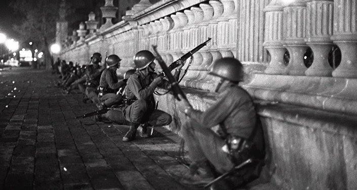 Soldados del Ejército mexicano en la región de la plaza de las Tres Culturas la noche del 2 de octubre de 1968
