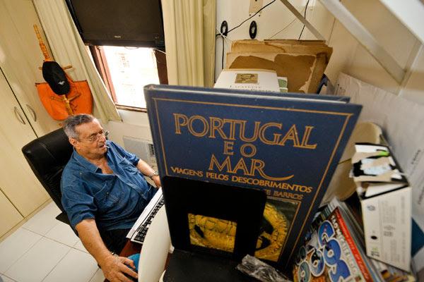 Em seu pequeno apartamento do Residence, Lenine Pinto mantém a rotina de navegações na internet ou no papel. O escritor também fez viagens a Portugal e EUA