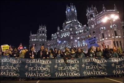 Asistentes a la manifestación marchando en defensa de la educación pública.