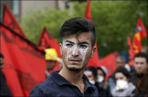 Un manifestante con crema en los ojos para protegerse de gas lacrimógeno de la policía en turca