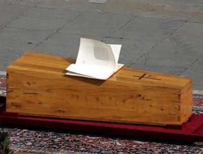 Trumna z ciałem św. Jana Pawła II