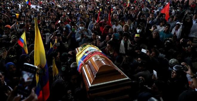 10/10/2019 -Manifestantes llevan el ataúd de un dirigente indígena que ha muerto en las protestas de Ecuador por las cargas policiales. / REUTERS - IVÁN ALVARADO