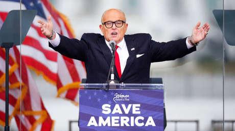 El abogado de Donald Trump enfrenta una demanda de 1.300 millones de dólares por sus afirmaciones sobre fraude electoral en EE.UU.