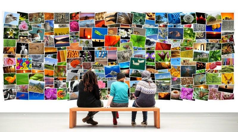 Des gens assis devant une galerie d'images.