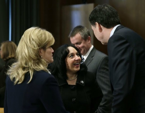 El director del FBI, James Comey, con la directora de la Policía de EU, Stacia Hylton, y la titular de la DEA, Michelle Leonhart, previo a una comparecencia ante el Senado. Foto Reuters