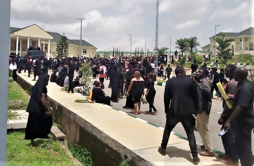 Protestors on their way to Plateau state governor's residence in Jos. (Morning Star News)