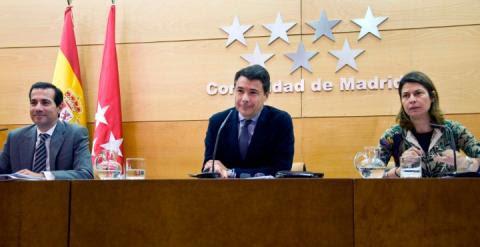 A la izquierda, Salvador Vitoria, y a la derecha, Lucía Figar, en una imagen de archivo junto al presidente de Madrid, Ignacio González. / EFE