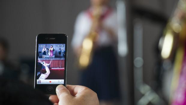 Turistas chinos sacan fotos de un espectáculo musical en una escuela de Pyongyang (FOTO: Daniel Méndez).