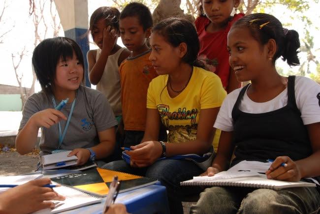 2008年の夏休みに東ティモールの子どもたちを取材した赤池和佳奈さん(当時13歳写真左)