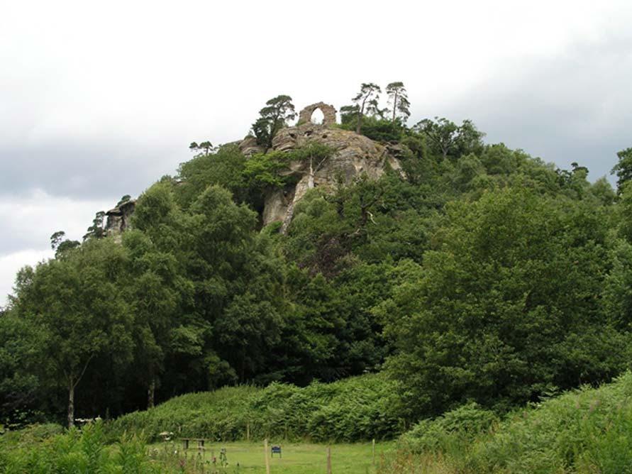 White Cliff en Hawkstone Park. La cueva que alberga las estatuas está justo por debajo del arco en ruinas.