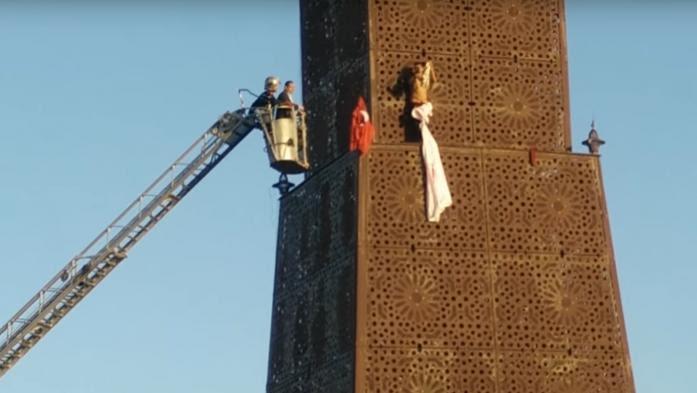 VIDEO. Un homme grimpe sur une tour à Tunis pour réclamer un concert du groupe PNL