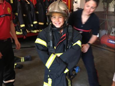 Essayage de la tenue de pompier...légèrement trop grande!