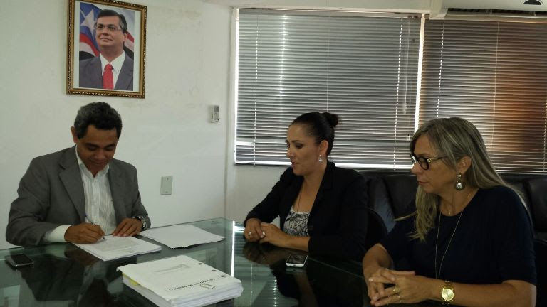 Presidente da CCL, Odair Neves, e representantes da Sagrima na assinatura do edital de licitação