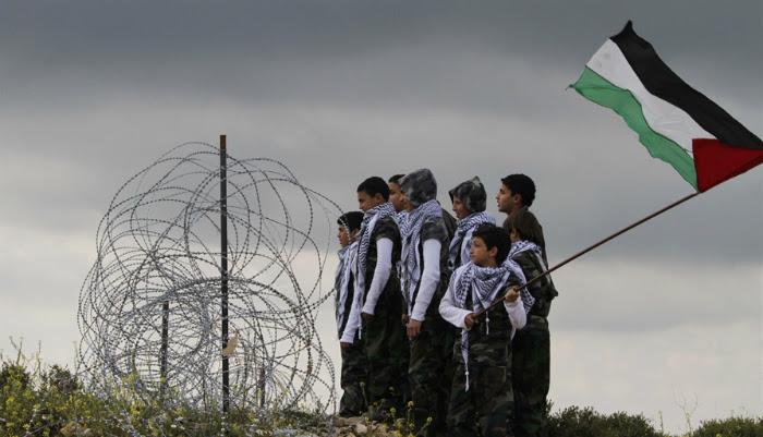 Las niñas y los niños palestinos se levantan