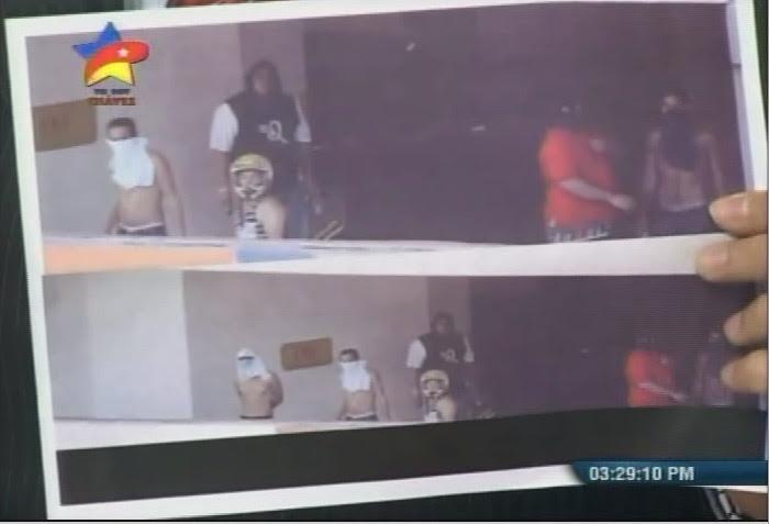 Imagen de algunos de los encapuchados en las mezzaninas de los edificios Ilse e Irene en Los Ruices.