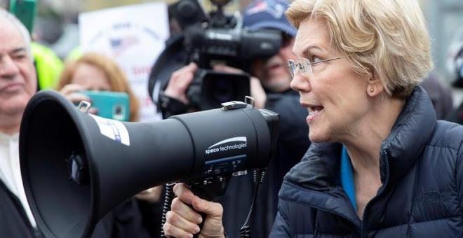 La candidata demócrata a la presidencia estadounidense Elizabeth Warren (d) participa en un acto de campaña en Somerville, Massachusetts (Estados Unidos), este viernes. EFE/ Cj Gunther